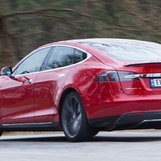 Uppdatering gör Teslas bilar slöare