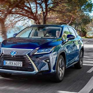 """Den karakteristiska """"hopnupna"""" grillen skvallrar om att här kommer en Lexus. Formspråket sticker ut ur mängden."""
