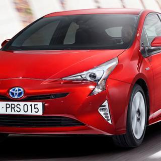 Designavdelningen har tagit ut svängarna för att nya Prius ska sticka ut. Släktskapet med tidigare generationer är tydligt men luftmotståndet reducerat.