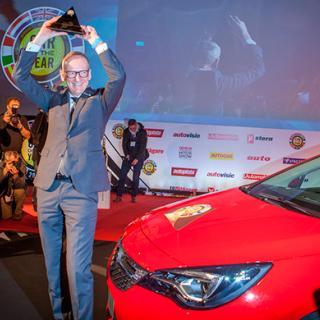 Opels vd Karl-Thomas Neumann firar segern i Årets Bil.