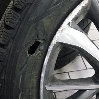 Däcket blev illa tilltygat.