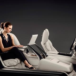 För de som föredrar att bli skjutsade är Volvos interiörkoncept idealiskt som arbetsplats.