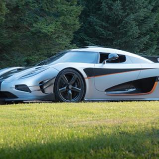 Den etanoldrivna V8-motorn i Koenigsegg One:1 utvecklar 1 340 hästkrafter. Förhållandet mellan vikt och effekt är med andra ord 1:1 och det är förklaringen till bilens namn.