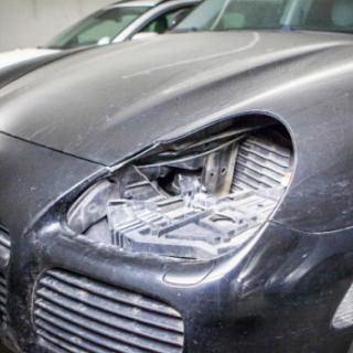 Tjuvarna skar ett hål i plåten exakt där larmkablarna gick och kunde sedan i lugnt montera bort strålkastarna på denna Porsche Cayenne.