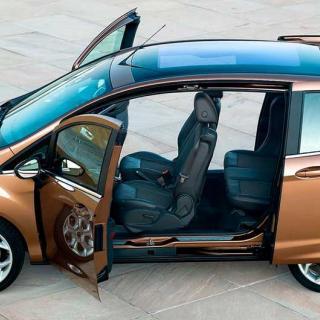 Frågeställaren vill ha en bred dörröppning för att kunna montera ett svängbart säte och undrar om det finns fler B-stolpslösa alternativ än Ford B-Max.