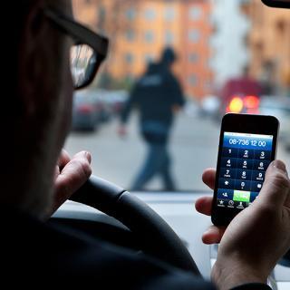 Transportstyrelsen tycker att det borde vara helt förbjudet att använda mobilen med händerna när man kör.