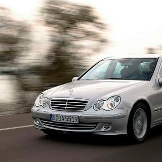 Frågeställen undrar vad det kostar att byta en trasig framfjäder på en Mercedes C-klass från 2004.