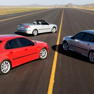 Frågeställaren funderar på att köpa en Saab som sin första bil och undrar hur de är i kvalitet. På bilden syns olika former av Saab 9-3.