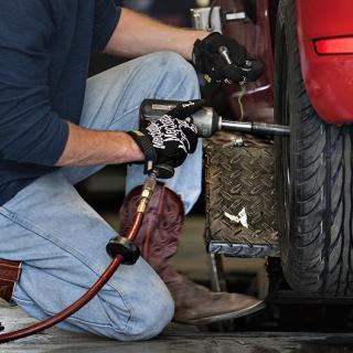 Måste de dra åt hjulbultarna så hårt på bilverkstan, undrar frågeställaren.
