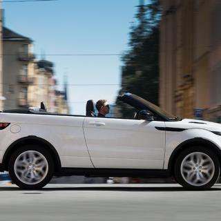 Med en hög suvkaross försvinner cabbens fina runtomsikt. Storleksförhållandet mellan bil/människa gör att förarens pondus decimeras en smula.