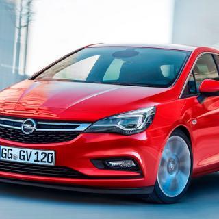 Frågeställaren tycker att senaste generationen av Opel Astra bullrar för mycket och undrar om biltillverkaren kan göra något åt det.