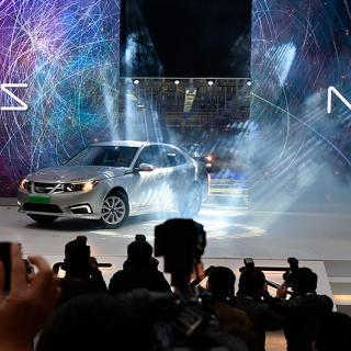 Det blir ingen svensk serieproduktion av Nevs nya elbil 9-3. Istället ska fabriken i Trollhättan rikta in sig på att producera underreden och prototyper.