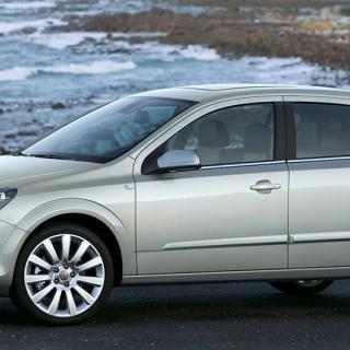 Efter kraftigt regnoväder upptäckte frågeställaren vattenfläckar i kupén på sin Opel Astra från 2008.