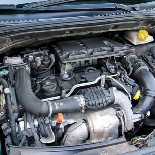 Kort efter att frågeställaren köpt sin bil visade det sig att den hade koncentrerad glykol i kylaren. Bilhandlaren säger att problemet är lätt att fixa, bilverkstan säger att det blir kostsamt.