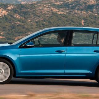 Frågeställaren är osäker på om en nyinköpt Volkswagen Golf från 2014 kar kamrem eller kamkedja.