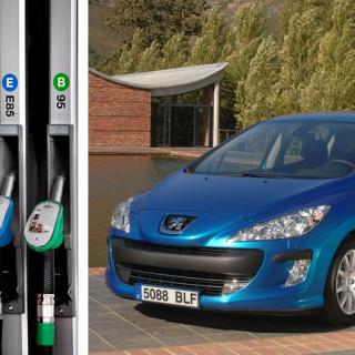 Frågeställaren har nyligen köpt en Peugeot 308 Bioflex, men återförsäljaren kunde inte svara på om det gick bra att tanka etanol i bilen.