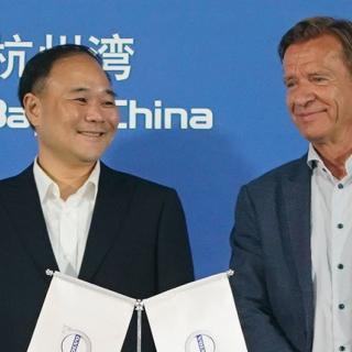 Li Shufu (till vänster), vars aktieköp i Mercedes ägare Daimler, har gjort att Volvo Cars vd Håkan Samuelsson (till höger) inte rekommenderas att sitta kvar i styrelsen för Volvos lastbilsverksamhet, då det är en direkt konkurrent till Daimlers lastbilar.