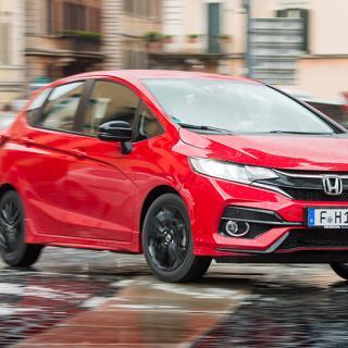 Den starkare 1,5-litersmotorn säljs bara ihop med nya modellversionen Dynamic. Oavsett ka-rossfärg löper en röd linje längst ned på stötfångaren.