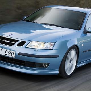 Frågeställaren äger en Saab 9-3 från 2006 och har märkt att  ena framlyktan lyser svagare än den andra, trots glödlampsbyte.