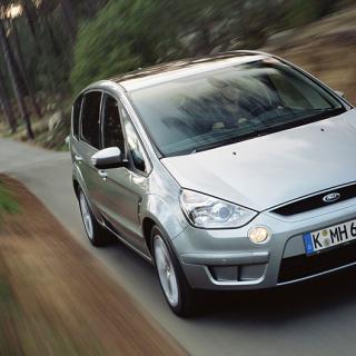Frågeställaren har köpt en Ford S-Max från 2008 och har upptäckt problem med belysningen.