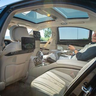 Ibland är biltestandet mer lustfyllt än vanligt. Inte minst när man får ta plats i baksätet på en lyxutrustad Mercedes S-klass. Här finns allt man kan begära – och lite till…