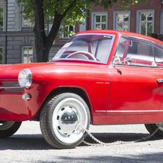 Nobe 100 beskrivs som den första bilen från Estland. Här visas den – fastkedjad – på Norra bantorget i Stockholm.