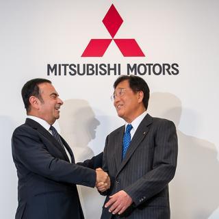 Carlos Ghosn tillsammans med Mitsubishis vd Osamu Masuko i samband med att Mitsubishi ingick samarbete med Nissan 2016. Masuko har tagit över rollen som tillförordnad styrelseordförande i Mitsubishi efter att Ghosn avsatts från posten.