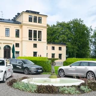 Rånäs slott mellan Uppsala och Norrtälje, en passande fond för tre flotta familjefraktare.