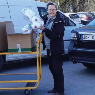 Ingrid Svensson som är hälso- och säkerhetschef på Nevs lämnar över skyddsutrustning till sjukvården.