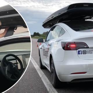 Teslaförare använde pekskärmen – fick körkortet indraget