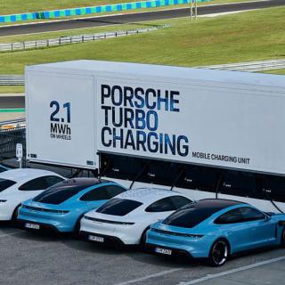 Folk köar för elbilen Porsche Taycan