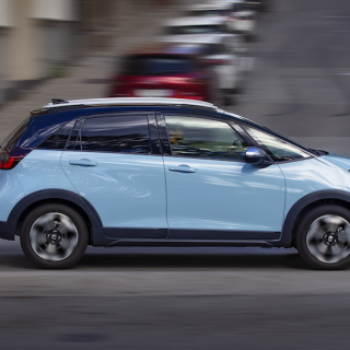 Honda Jazz är tillbaka på svenska marknaden som elhybrid. Nytt är modellversionen Crosstar som ger tre centimeter högre markfrigång.