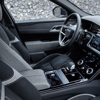 """Tyget i sätena på Range Rover Velar består av """"Kvadrat""""; en textil gjord av återvunna PET-flaskor. Nu ska biltillverkaren även använda sig av gamla fisknät för att klä sina bilinteriörer."""