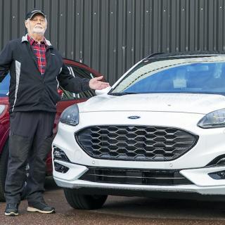 Sven Erik Aspfors vet inte när han får hämta sin beställda Ford Kuga PHEV. Bilen står hos återförsäljaren i Falun och väntar på nytt batteri. Senaste prognosen är att bytet ska ske i januari.