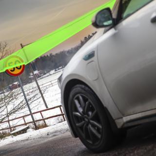 Från 2022 ska alla nya bilar kunna läsa av hastighetsskyltar och varna vid fortkörning. Men systemet ska gå att stänga av. Illustration: Niklas Carle