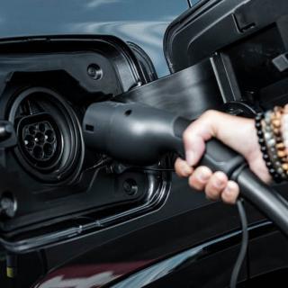 Nya siffror: Elbilar och laddhybrider rusar– nytt ras för bensin och diesel