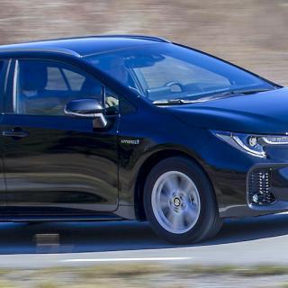 Annorlunda stötfångare där fram och emblemet lite högre upp, annars snarlik Toyota Corolla.