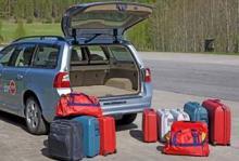 Många väskor ryms i den lättlastade Volvon. Till höger det bagage som går in med baksätet på plats. Fälls sätet kan man stoppa in även väskorna till vänster.
