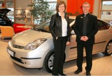Agneta Österlund och den tiotusende Toyota Prius, samt bilförsäljaren Ove Kärf.