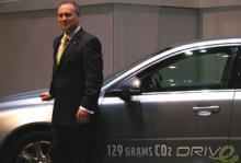 Stephen Odell ser nöjd ut när han står på scen och presenterar Volvos nya DRIVe-modeller i Genève.