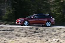 """Mazda vill gärna betona släktskapet med märkets sportbilar MX-5 (Miata) och RX-8 (wankelmodellen). Framskärmarna på nya Mazda6 är exempelvis nästan lika djärvt skurna som på RX-8. I praktiken är ändå inte Mazda6 särskilt sportig, snarare är körkänslan mer av karaktären """"åka med"""" än """"köra aktivt""""."""