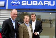 Subaru, ett vinnarmärke igen. Undra på att Fredrik Tottie, marknadschef, Thomas Possling, informationschef, och Torbjörn Lillrud, vd, ser mer än belåtna ut.