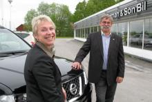 Nissans strategi att fokusera än mer på kundkvalitet har betalat sig i återförsäljarenkäten. Sverigechefen Helena Turkel och återförsäljarföreningens ordförande Torbjörn Boman gläds åt resultaten i AutoIndex 2009.