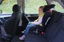Esther är 123 cm lång och har gott om utrymme i C4 Picasso. I sin bältesstol har hon fin utsikt tack vare bilens låga midjelinje. Picassos baksäte består i själva verket av tre separata, enkelt fäll- och justerbara stolar. Flexibelt till tusen!