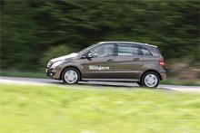Mercedes B-klass bygger på samma koncept som lilla A-klass, det vill säga med dubbla golv som kompenserar för den korta deformationszonen fram (motorn skjuts in mellan golvet vid en kollision). Billigaste utförandet heter B160 (241 900 kr). Provbilen är den gas- och bensindrivna B170 NGT (byter nu namn till B180 NGT) som kostar 265 400 kr.