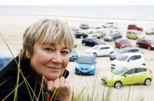 Testchef Marianne Sterner och förra årets nominerade bilar fotograferas på en strand i norra Danmark.