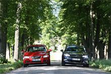 Herrgårdsvagnar i sin prydno: Två stora, starka familjebilar med massor av säkerhet och komfort. En Volvo V70 av 2010 årsmodell känns igen på det gigantiska emblemet i grillen. Den svarta plattan som också syns i grillen visar att detta exemplar är utrustat med radarfarthållare och därtill hörande säkerhetssystem.
