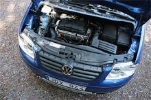 """Motorn är Volkswagens beprövade 1,9-litersdiesel på 105 hästkrafter. Till framhjulsdrivna Caddy erbjuds även olika bensinmotorer, en etanoldriven, svagare dieselalternativ samt en """"racerdiesel"""" med 140 hk. Flera av motorerna går även att kombinera med dubbelkopplingslåda, DSG."""