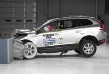 Volvo XC60 under IIHS:s säkerhetstest.