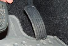 Gaspedalen kan fastna i golvmattan på åtta Toyotamodeller.